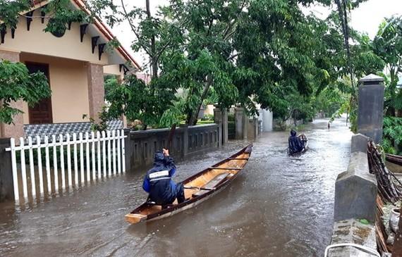 Nhiều tuyến đường ở huyện Quảng Điền, Thừa Thiên-Huế bị ngập sâu. (Ảnh: TTXVN phát)