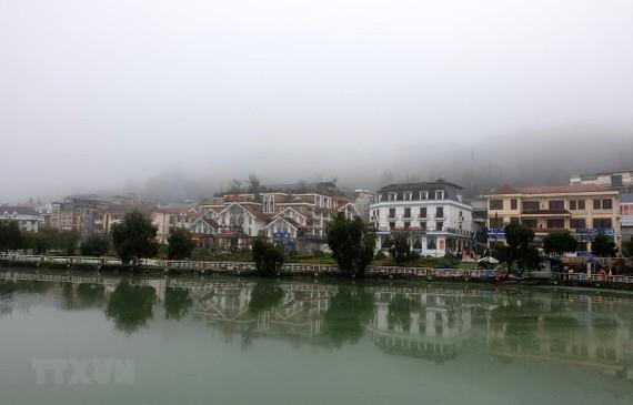 Thị trấn Sa Pa chìm trong sương mù và giá lạnh. (Ảnh minh họa: Quốc Khánh/TTXVN)