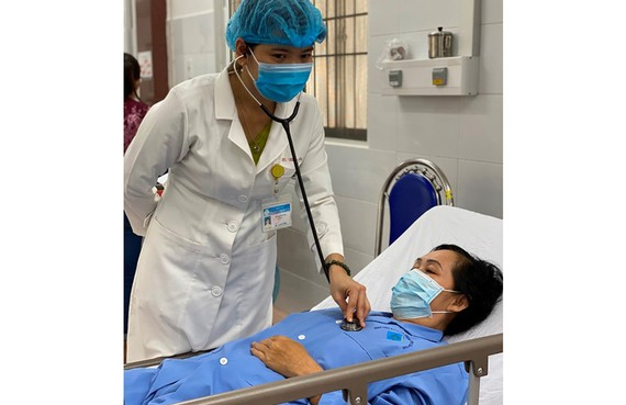 Bác sĩ chăm sóc cho bệnh nhân sau khi điều trị thành công