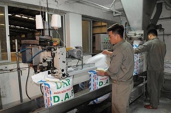Công nhân sản xuất phân đạm tại Nhà máy DAP-1 Hải Phòng. Ảnh: DAP.