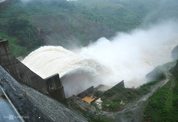 Thủy điện Đak Mi 4 trong một lần vận hành xả lũ xuống sông Vu Gia. Ảnh: Đắc Thành.