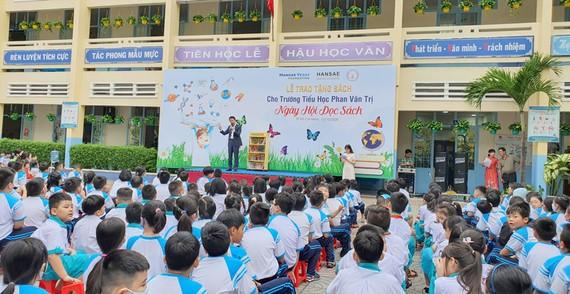 Trao tặng 10.000 cuốn sách cho 100 trường tiểu học tại TPHCM