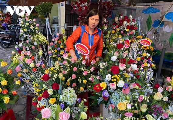 """Dù đã điều chỉnh giá nhiều sản phẩm nhưng lượng khách mua hoa vẫn """"đìu hiu""""."""
