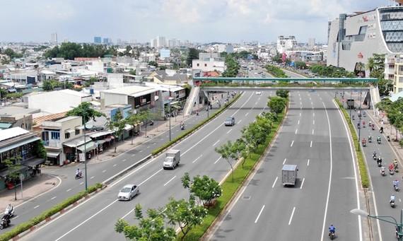Đại lộ Phạm Văn Đồng có đầy đủ tiện ích, giúp khu Đông kết nối nhanh chóng với sân bay Tân Sơn Nhất và trung tâm TPHCM.