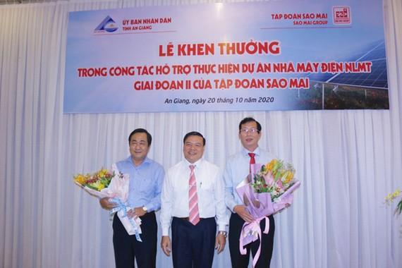 Lãnh đạo Tập đoàn Sao Mai tặng hoa tri ân cho lãnh đạo tỉnh An Giang, vì sự quan tâm đặc biệt của cấp chính quyền đã tạo nên thành công cho dự án. Ảnh: Tuna