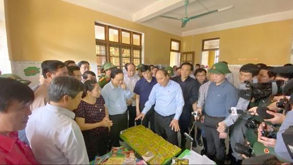 Thủ tướng Nguyễn Xuân Phúc vào Quảng Bình kiểm tra công tác khắc phục hậu quả mưa lụt và thăm hỏi, động viên, tặng quà cho người dân bị ảnh hưởng bởi mưa lũ. Ảnh VGP/Quang Hiếu