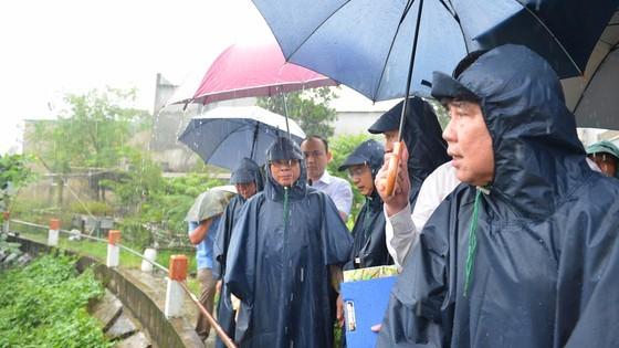 Bí thư Thành ủy TPHCM Nguyễn Văn Nên (trái) và Chủ tịch UBND TPHCM Nguyễn Thành Phong tìm hiểu tình hình chống ngập tại Thủ Đức. Ảnh: VIỆT DŨNG