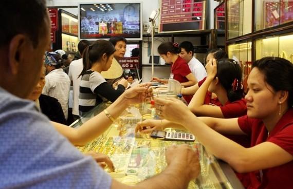 Khách hàng giao dịch vàng miếng. (Nguồn: Vietnam+)