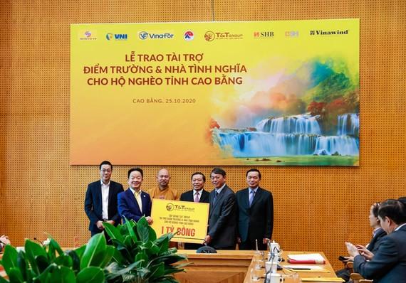 Ông Đỗ Quang Hiển, Chủ tịch HĐQT kiêm Tổng Giám đốc Tập đoàn T&T Group trao tặng 1 tỷ đồng tài trợ xây dựng điểm trường và nhà tình nghĩa cho người nghèo tỉnh Cao Bằng.