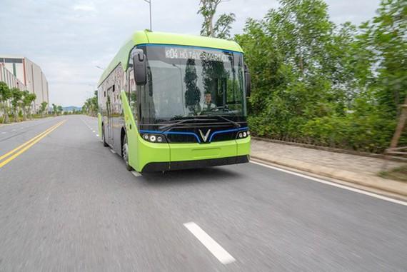 """Trong bối cảnh ô nhiễm đang ở mức báo động, việc VinBus chạy thử thành công và tương lai xuất hiện hàng trăm chiếc xe buýt """"xanh"""" lưu thông trên đường phố đã khiến rất nhiều người háo hức, chờ đợi."""