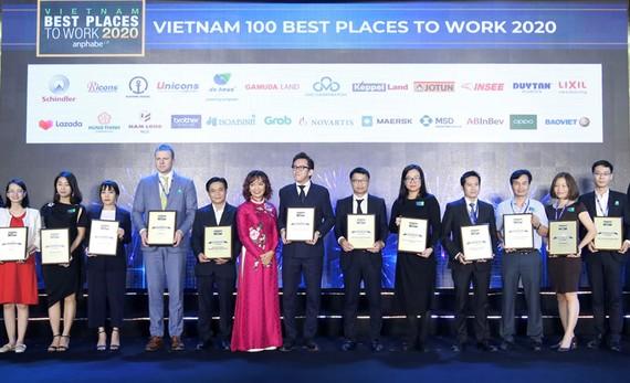 Bà Nguyễn Thị Phượng, Giám đốc Khối Nhân sự tập đoàn Nam Long (thứ năm từ phải sang) đại diện nhận giải.
