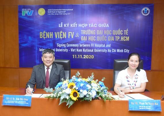TS Trần Tiến Khoa, Hiệu trưởng Trường ĐH Quốc tế và bà Phạm Thị Thanh Mai - Giám đốc điều hành Bệnh viện FV ký kết thoả thuận hợp tác.