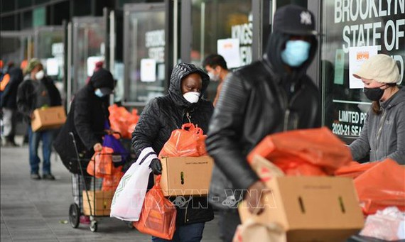 Người dân xếp hàng nhận suất ăn miễn phí tại ngân hàng thực phẩm ở Brooklyn, New York, Mỹ.