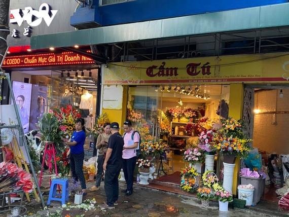 Theo nhiều chủ cửa hàng, do nhu cầu thị trường nên giá hoa dịp 20/11 cũng tăng hơn bình thường.