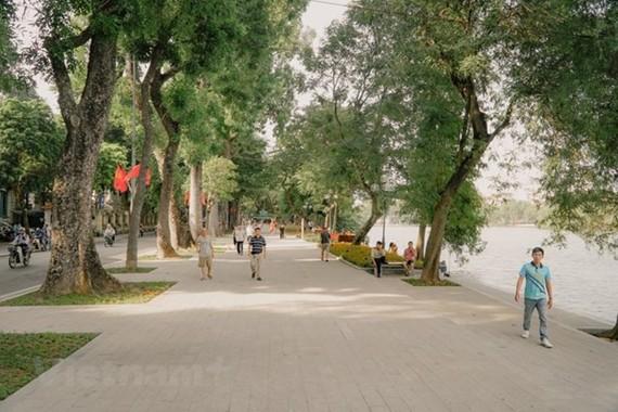 Không gian tràn ngập sắc xanh tại khu vực Hồ Hoàn Kiếm.(Ảnh: Minh Hiếu/Vietnam+)