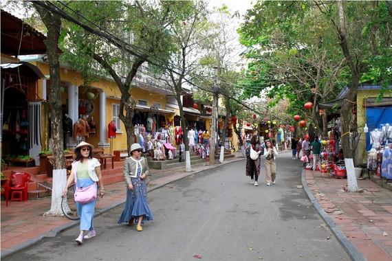 Du khách tham quan phố cổ Hội An. Ảnh: VGP/Thế Phong