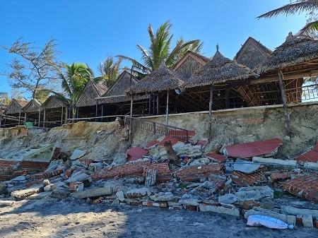 Sóng biển gây xói lở tại chân các nhà hàng khu vực bãi tắm An Bàng - Ảnh: VGP/Thế Phong