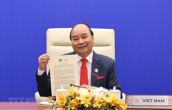 """Thủ tướng Nguyễn Xuân Phúc và lãnh đạo các nền kinh tế thành viên thông qua """"Tầm nhìn APEC Putrajaya 2040"""". (Ảnh: Thống Nhất/TTXVN)"""