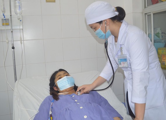 Bác sĩ chăm sóc sản phụ sau khi cấp cứu thành công