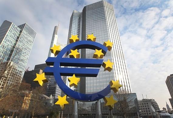 Biểu tượng đồng euro tại Frankfurt, Đức. (Ảnh: AFP/TTXVN)