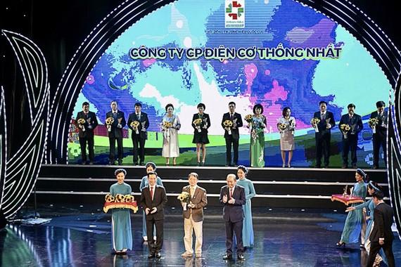 Đại diện CTCP điện cơ Thống Nhất Vinawind nhận giải thưởng Thương hiệu Quốc gia 2020