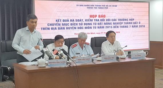 Ông Nguyễn Văn Tuyên, Phó Chủ tịch UBND huyện Hóc Môn trả lời tại cuộc họp báo.