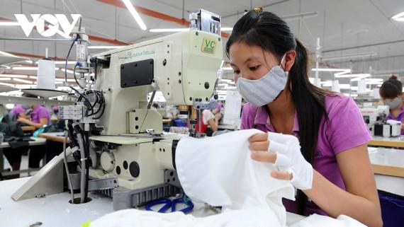 Nhiều DN dệt may chuyển đổi nhanh cơ cấu mặt hàng, từ các mặt hàng truyền thống sang mặt hàng có khả năng thích ứng nhanh.