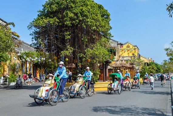 Trải nghiệm xích lô quanh phố cổ Hội An là chương trình cực kỳ hấp dẫn du khách. Ảnh: NGỌC PHÚC