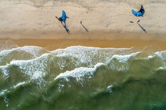 Phan Thiết được thiên nhiên ưu đãi với biển xanh, cát trắng, nắng vàng.