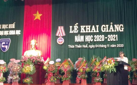 Phạm Thị Thủy đại diện sinh viên phát biểu tại lễ khai giảng năm học 2020-2021 của Trường Đại học Khoa học - Đại học Huế.