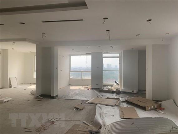 Hiện trường phá dỡ bên trong tầng 18 công trình vi phạm tòa nhà 8B Lê Trực. (Ảnh: Minh Nghĩa/TTXVN)
