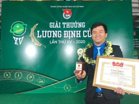 Anh Thuần nhận giải thưởng Lương Định Của