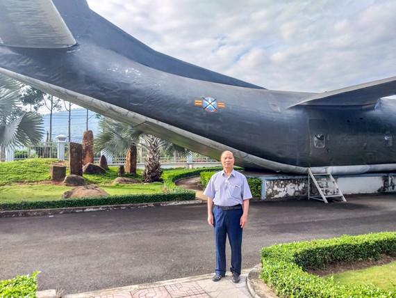 Du khách chụp hình lưu niệm bên chiếc máy bay C130 ở bảo tàng Phước Long.