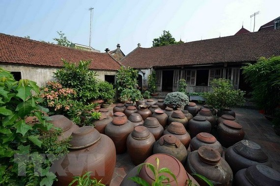 Sân nhà cổ trong Di tích làng cổ Đường Lâm. (Ảnh: Thanh Hà/TTXVN)