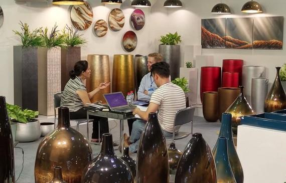 Hội chợ Lifestyle Vietnam thu hút khách quốc tế tìm hiểu về sản phẩm thủ công. (Ảnh: BTC)