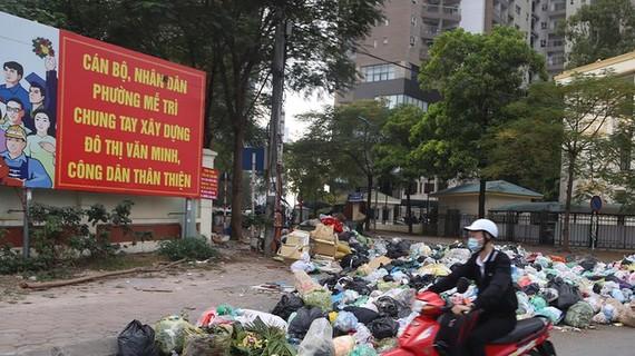 Rác thải sinh hoạt ùn ứ ngay trước biển tuyên truyền xây dựng đô thị văn minh của P.Mễ Trì, Q.Nam Từ Liêm, Hà Nội