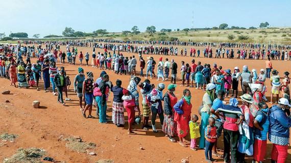 Người dân Nam Phi xếp hàng nhận cứu trợ lương thực.