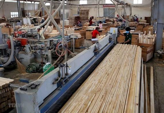 Sản xuất, chế biến gỗ xuất khẩu. (Nguồn: TTXVN)