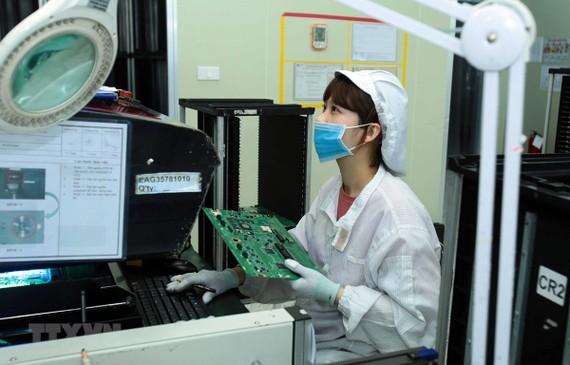 Công nhân sản xuất linh kiện điện tử. Ảnh minh họa. (Ảnh: Phạm Kiên/TTXVN)