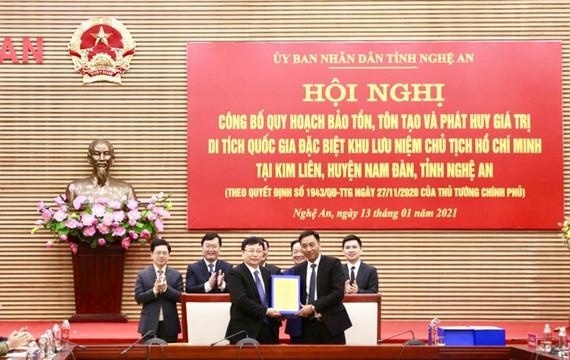 Ông Nguyễn Anh Tuấn, Phó Tổng Giám đốc Tập đoàn T&T Group (bên phải) bàn giao hồ sơ quy hoạch cho ông Bùi Đình Long, Phó Chủ tịch UBND tỉnh Nghệ An.