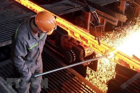 Sản xuất phôi thép tại nhà máy luyện thép. (Ảnh: Quân Trang/TTXVN)