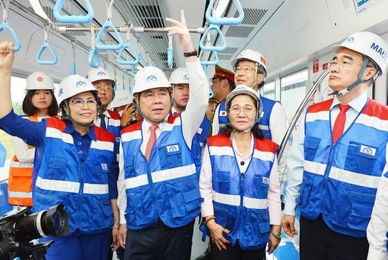 Chủ tịch UBND TPHCM Nguyễn Thành Phong cùng các đồng chí lãnh đạo TPHCM trải nghiệm toa tàu đầu tiên của tuyến Metro số 1. Ảnh: VIỆT DŨNG