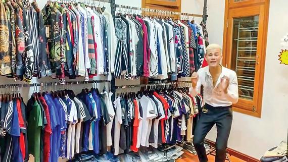 Một buổi livestream bán hàng online tại chuỗi cửa hàng AE shop Viet Nam.