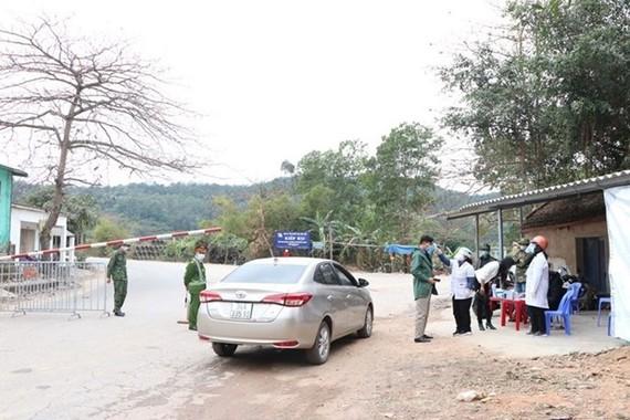 Chốt kiểm soát dịch bệnh trên Quốc lộ 37 đi qua địa bàn xã Lê Lợi, thành phố Chí Linh. (Ảnh: Mạnh Minh/TTXVN)