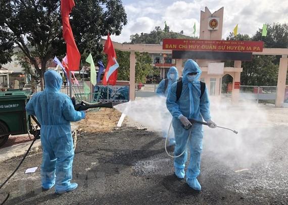 Tiến hành phun dung dịch khử khuẩn tại thị xã Ayun Pa và Ia Pa. (Ảnh: Quang Thái/TTXVN)