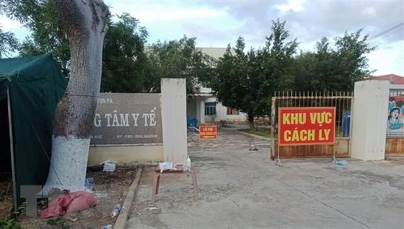 Trung tâm y tế thị xã Ayun Pa (Gia Lai) được sử dụng làm khu cách ly những trường hợp nhiễm SARS-CoV-2. (Ảnh: TTXVN phát)