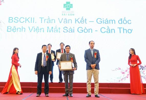 """BS CK II Trần Văn Kết nhận giải thưởng """"Bác sĩ tiêu biểu năm 2020"""""""