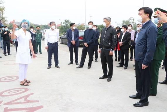 Thứ trưởng Bộ Y tế Nguyễn Trường Sơn kiểm tra công tác phòng chống dịch tại huyện Cẩm Giàng. (Ảnh: Mạnh Minh/TTXVN)
