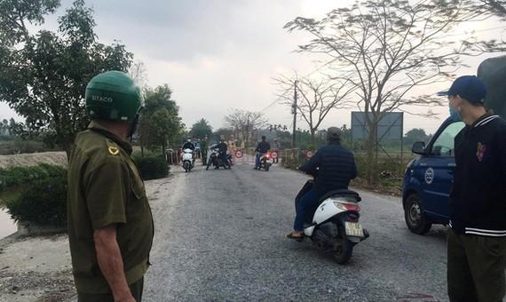 Lực lượng chức năng chốt chặn những ngả đường vào khu vực xã Hoàng Động, huyện Thủy Nguyên - Ảnh: Đài PT-TH Thủy Nguyên
