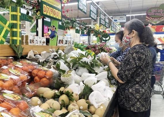 Người dân mua sắm tại hệ thống bán lẻ Saigon Co.op. (Ảnh: Mỹ Phương/TTXVN)